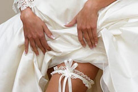 Во время примерки нельзя одевать его через ноги – исключительно через голову, лишь затем продевая руки в рукава.